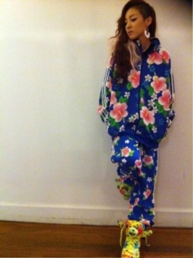 Dara với mẫu giày Adidas kết hợp với NTK Jeremy Scott.