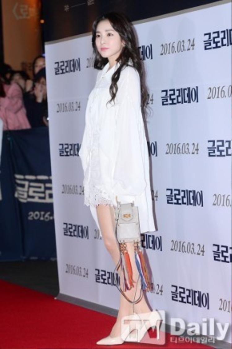 """Vốn được biết đến là nàng ca sĩ không tuổi với phong cách cá tính, bụi bặm nên hình ảnh dịu dàng của Dara trong buổi ra mắt VIP film """"Glory Day"""" ngày hôm qua 22/3, Dara (2NE1) khiến fan ngạc nhiên và bất ngờ khi xuất hiện với bộ đầm ren trắng thướt tha, nữ tính và đôi giày """"đi mượn""""."""