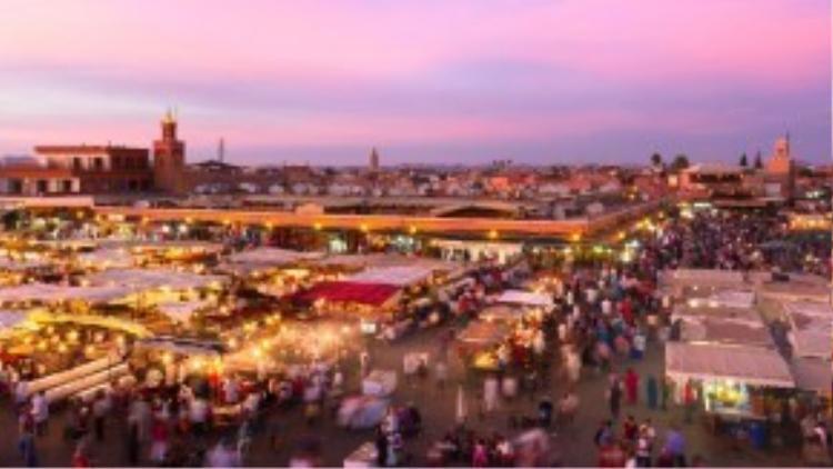 3. Marrakesh, Morocco: Marrakesh nằm ở phía tây Morocco, một trung tâm kinh tế lớn với vô vàn nhà thờ, cung điện, vườn tược… Thành cổ có từ thời đế chế Berber này khiến du khách có cảm giác như lạc về thời xưa cũ, giữa những con phố nhộn nhịp bày bán vải, đồ gốm, trang sức… Ảnh: Forbes.
