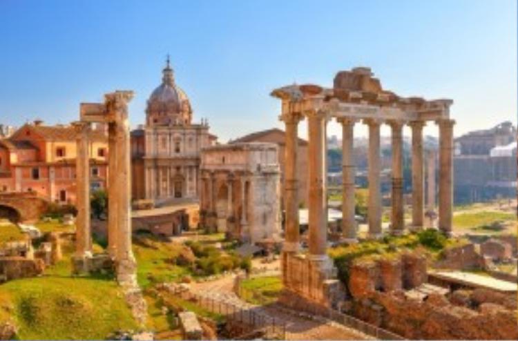 7. Rome, Italy: Thành phố khổng lồ và nhộn nhịp này có hơn 3.000 năm lịch sử hiện hữu trong các tác phẩm nghệ thuật, kiến trúc và văn hóa. Những di tích như Hội trường La Mã, Đấu trường La Mã… thể hiện sức mạnh của đế chế cổ xưa. Ngoài ra, du khách còn có cơ hội ghé thăm Vatican, trái tim của công giáo La Mã, khám phá nhà thờ St. Peter, bảo tàng Vatican hay ngắm nhìn các tác phẩm của Michelangelo ở nhà nguyện Sistine. Ảnh: Airtransat.