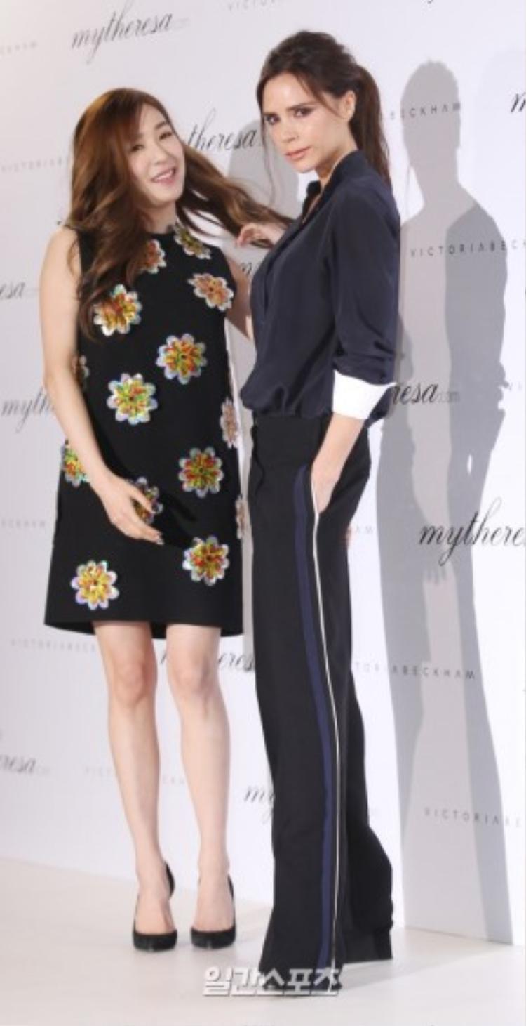 Hôm 21/3, Tiffany Hwang tham dự sự kiện nhãn hàng ở bảo tàng Korean Furniture, Sungbuk-gu, Seoul, tại đây, thành viên SNSD có dịp gặp gỡ nhà thiết kế nổi tiếng Victoria Beckham đang có chuyến công tác ở Hàn Quốc.