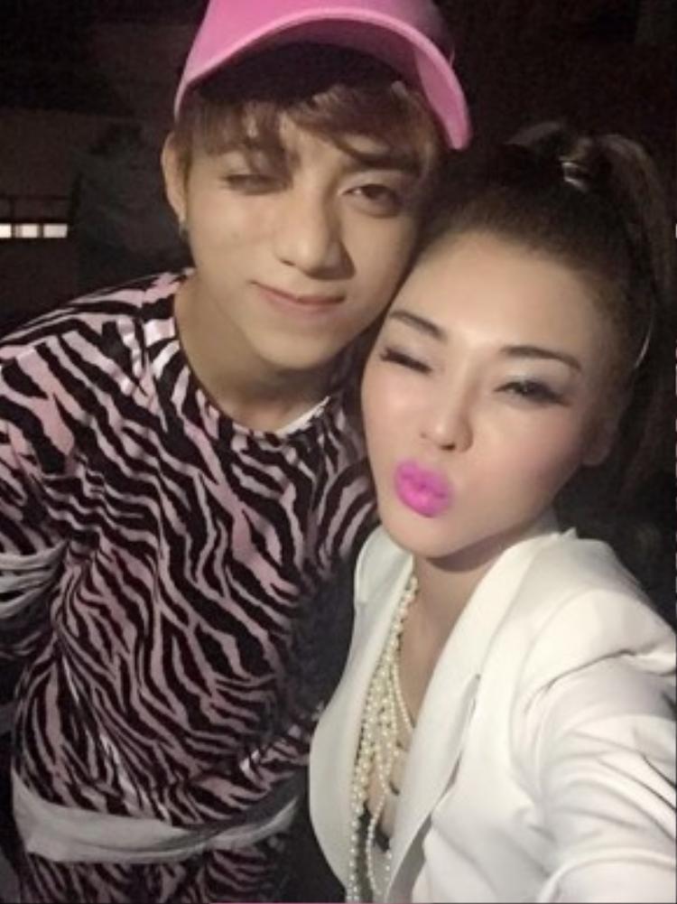 Chính đôi môi này đã khiến Summer Huỳnh có những bức hình tự sướng siêu ấn tượng cùng các thí sinh The Remix sau hậu trường.