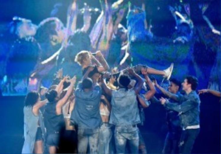 Các đồng nghiệp tung hứng anh sau một đêm diễn thành công.