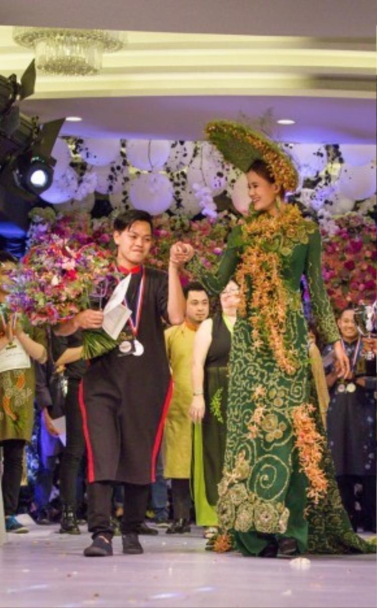 NTK trẻ Hà Minh Khôi đã sử dụng gần 500 cây cỏ nến và khoảng 70 tiếng để hoàn thành tác phẩm. Ngoài ra, trên chiếc áo dài, Khôi đã đính lên khoảng 2000 hoa lan bò cạp nâu len.