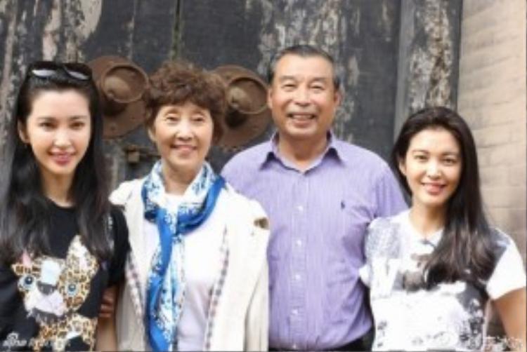 Lý Băng Băng bên cha mẹ. Nhiều người cho rằng, mẹ Băng Băng còn đẹp hơn con gái.