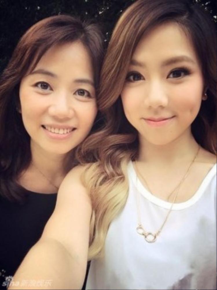 Đặng Tử Kỳ bên mẹ, họ giống hai chị em sinh đôi.