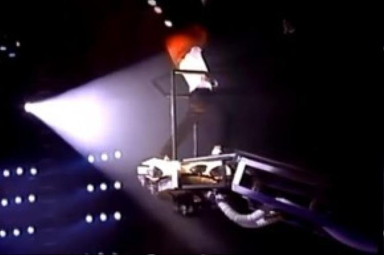 Bất chấp việc Micheal Jackson đang biểu diễn trên bục cao nguy hiểm…