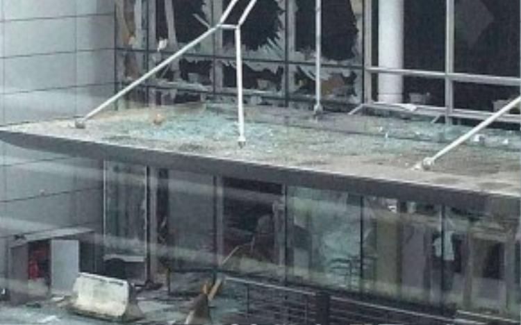 Cửa kính bị vỡ tại sân bay Zaventem. Ảnh: Telegraph.