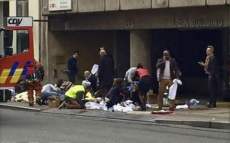 Người bị thương được chữa trị bên ngoài một ga tàu điện ngầm ở Brussels. Ảnh: Telegraph.