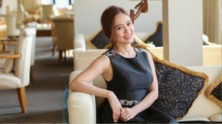 Thông qua tông trang điểm cực tự nhiên và mái tóc nữ tính, trong vai trò mới Thanh Thúy hứa hẹn sẽ làm nên chuyện với công việc nữ sản xuất.