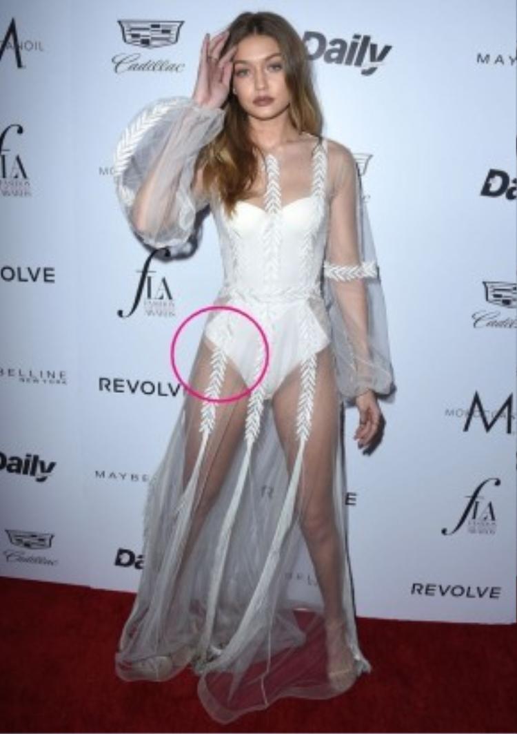 Chiếc bodysuit được xẻ quá cao không may đã khiến cô nàng để lộ nội y màu da bên trong.