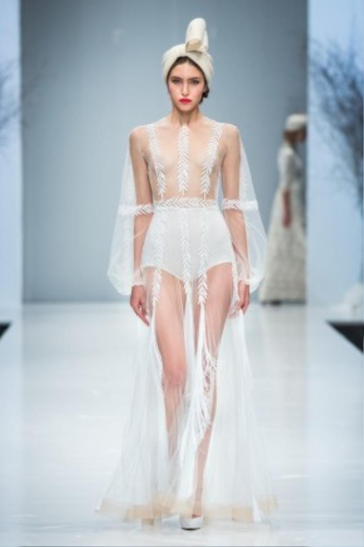 Phiên bản runway của chiếc đầm mà Gigi Hadid vừa diện. Lẽ ra cô nên chọn bộ bodysuit có phần dưới kín đáo như chiếc quần của người mẫu trong hình để tránh sự cố trên.
