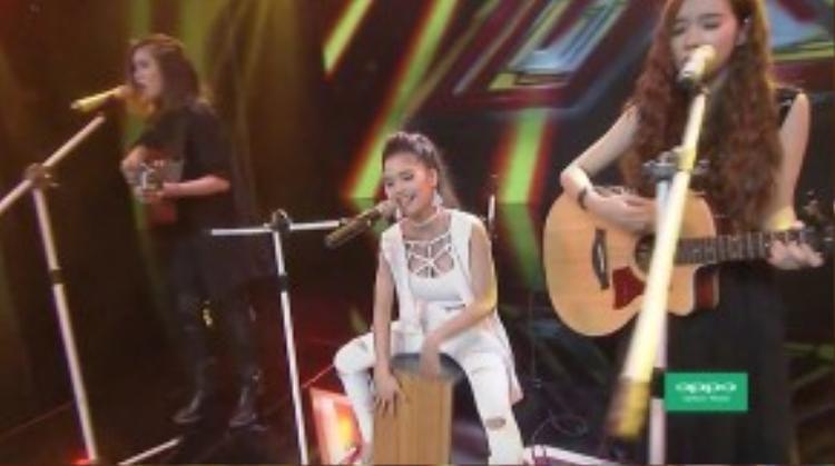 Và đây liệu có phải là nhóm nhạc nữ đầu tiên chơi nhạc cụ của Việt Nam?