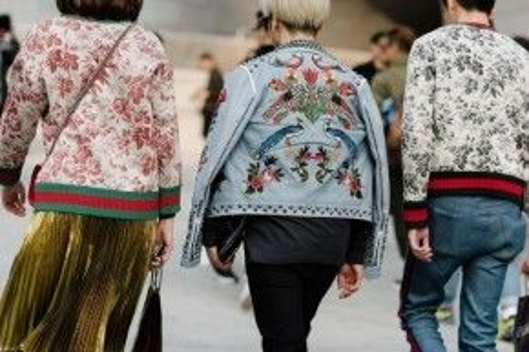 Áo khoác họa tiết nổi bật được lòng rất nhiều tín đồ thời trang, nhất là dòng áo của Gucci với nhiều style khác nhau cho chàng và nàng thoải mái lựa chọn.