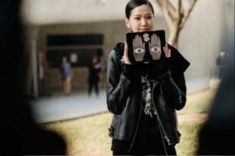 Cô bạn với set đồ đen toàn tập. Điểm nhấn chính là chiếc clutch với phần trang trí lạ mắt.
