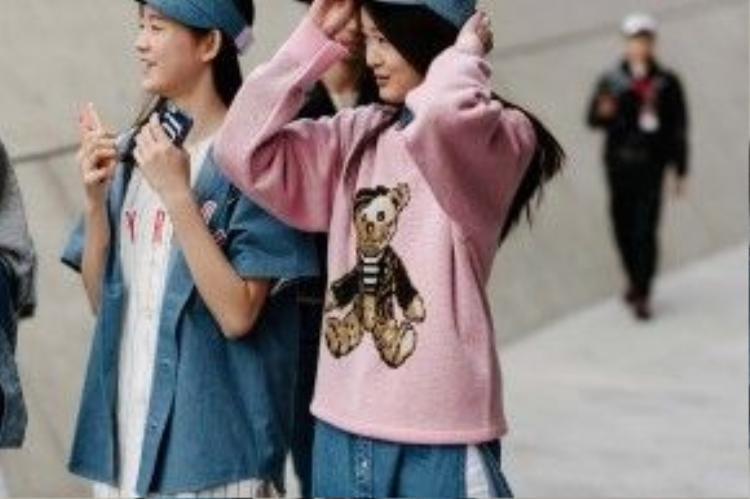 Hai cô bạn dễ thương với set đồ đơn giản: áo len hồng in họa tiết và áo bóng chày.