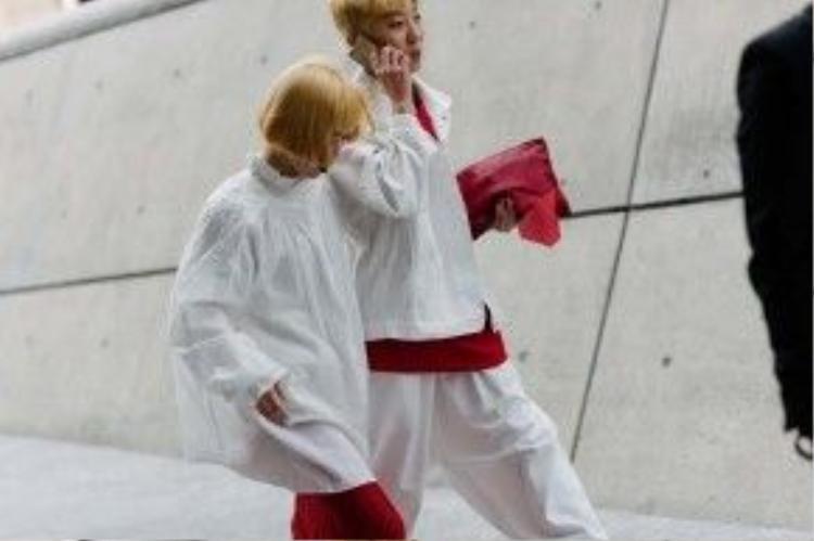 Màu tóc nổi bật cùng áo ngoài cá tính. Cặp đôi này chọn hai màu trắng và đỏ làm tông chủ đạo cho set đồ của mình.