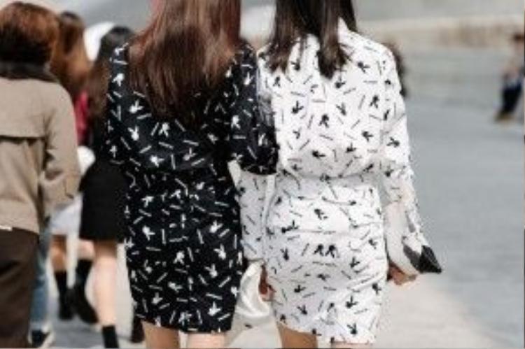 Hai bộ đồ lấy cảm hứng từ chú thỏ Playboy gồm chân váy và áo somi tay dài mix theo phong cách matchy-matchy.