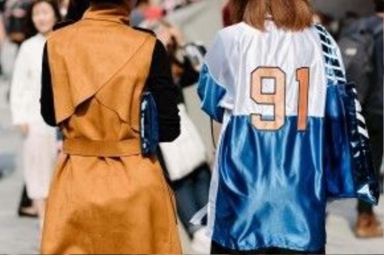 Chiếc áo khoác da khoét tay với đường cut-out lạ phía sau lưng.