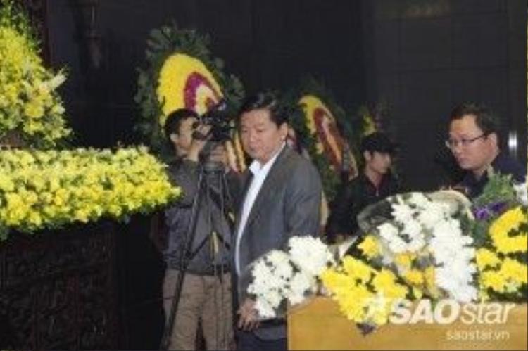 Sau khi gửi vòng hoa, Bí thư thành ủy TP HCM kiêm Bộ trưởng Bộ Giao thông vận tải Đinh La Thăng tranh thủ đến nhìn mặt Trần Lập lần cuối và chia sẻ nỗi đau lớn cùng gia đình anh.