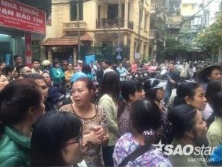 Rất đông hàng xóm đã đứng đợi sẵn trước cửa nhà riêng của Trần Lập.