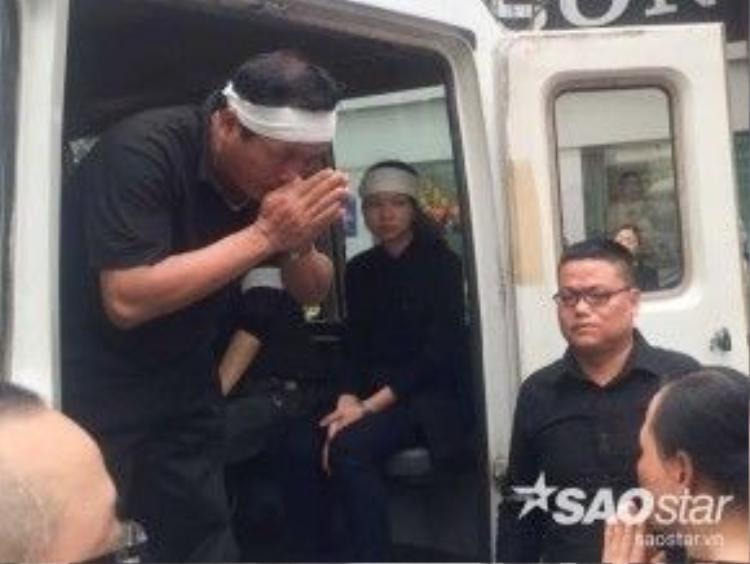 Người thân chấp tay cảm ơn hàng xóm và người hâm mộ khi đoàn tang về đến nhà.