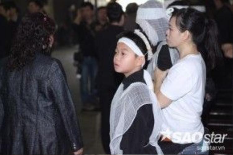 Con trai Trần Lập ngơ ngác nhìn dòng người đến viếng.