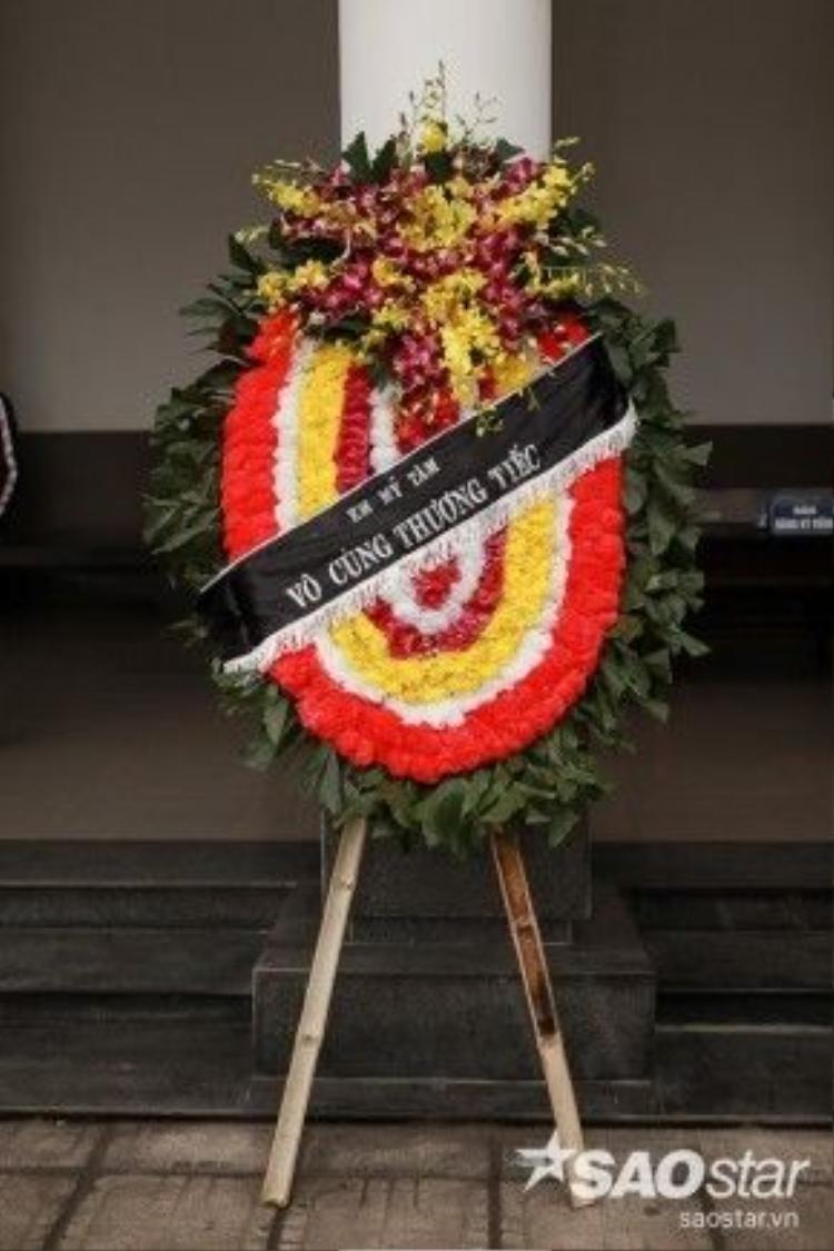 Vòng hoa chia buồn của ca sĩ Mỹ Tâm.
