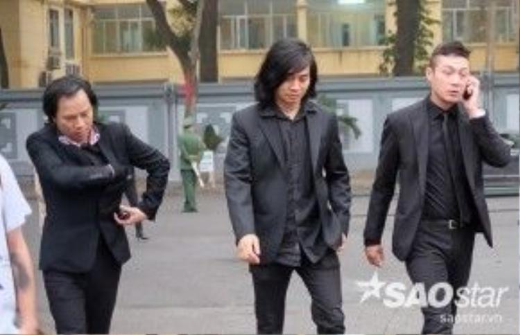 MC Anh Tuấn (bìa phải) và các thành viên nhóm Bức Tường cũng có mặt để phụ gia đình trưởng nhóm năm nào lo tang lễ cho anh.