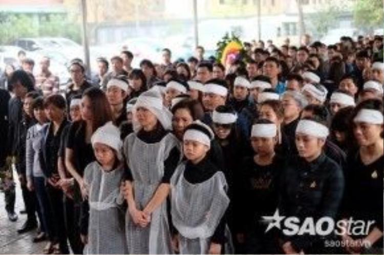 Vợ con Trần Lập khóc nấc trong lễ tang. Từ nay, họ sẽ mất đi người chồng, người cha hết mực yêu thương gia đình.