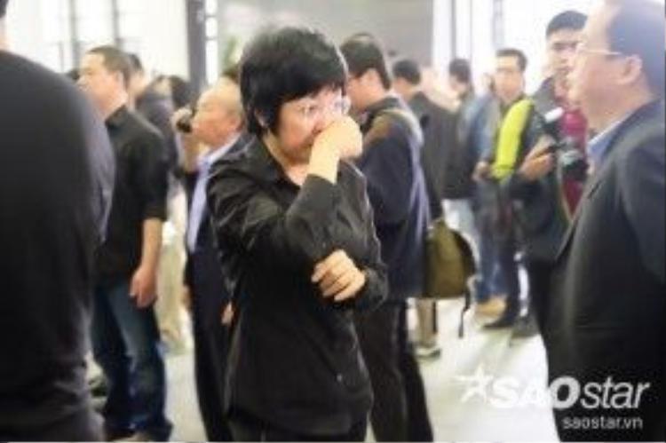MC Thảo Vân bật khóc và ngậm ngùi đứng ở một góc theo dõi dòng người đến viếng trưởng nhóm Bức Tường.