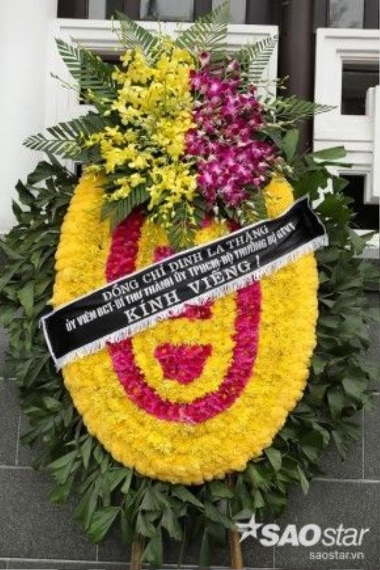Bí thư thành ủy TP HCM kiêm Bộ trưởng Bộ Giao thông vận tải Đinh La Thăng gửi vòng hoa viếng tượng đài của rock Việt.