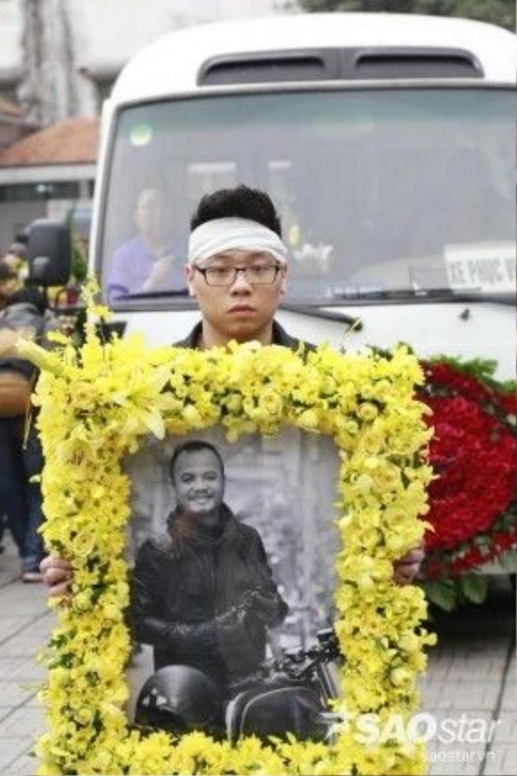 Sau đó, linh cữu Trần Lập được đưa ra xe để về nhà.