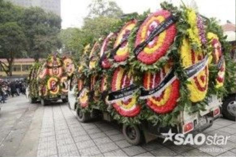 Tất cả vòng hoa viếng đưa gia đình sắp xếp lên những chiếc xe nhằm đưa đi cùng linh cữu của cố ca nhạc sĩ.