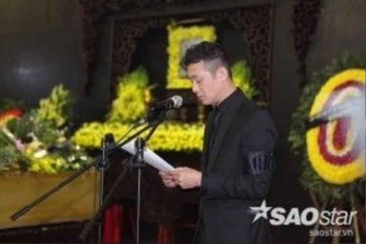 Đúng 9h, MC Anh Tuấn bắt đầu đọc điếu văn.