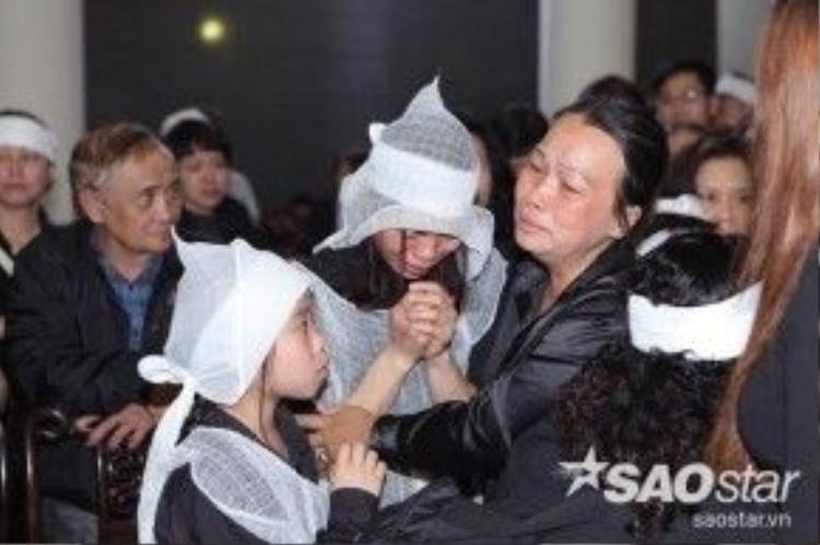 Mặc dù bệnh tình khá nặng, song ca sĩ Kim Loan - thành viên team Trần Lập ở The Voice mùa 1 vẫn tranh thủ ra Hà Nội tiễn thầy giáo cũ. Chị òa khóc bên vợ và các con của cố ca nhạc sĩ.