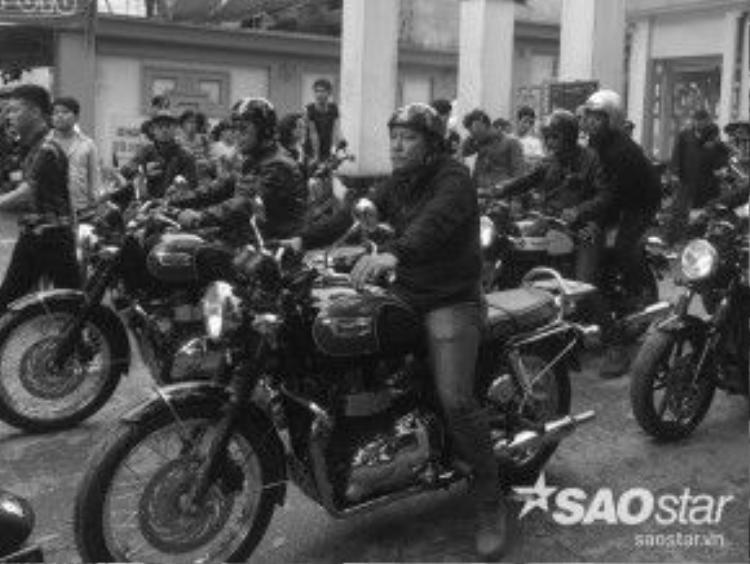Hàng chục anh em khác trong đoàn xe Triump có mặt trong buổi diễu hành hoàng tráng và đau thương, tiễn đưa một người anh em can trường về nơi đất Mẹ.