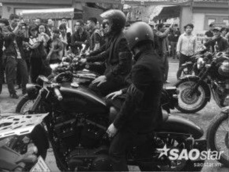 Mảnh khăn tang đen đều đeo trên tay của mỗi người anh em thân thiết của Trần Lập.