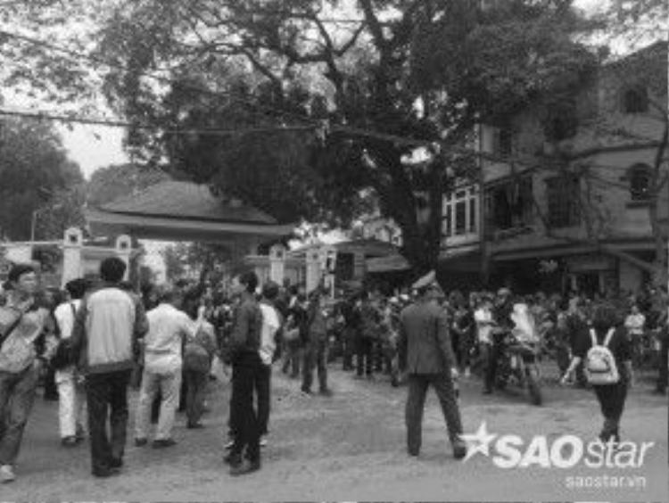 Rất đông người dân cũng có mặt gần nhà tang lễ Bộ Quốc phòng để chờ đợi, dõi theo chuyến hành trình cuối cùng của Trần Lập.
