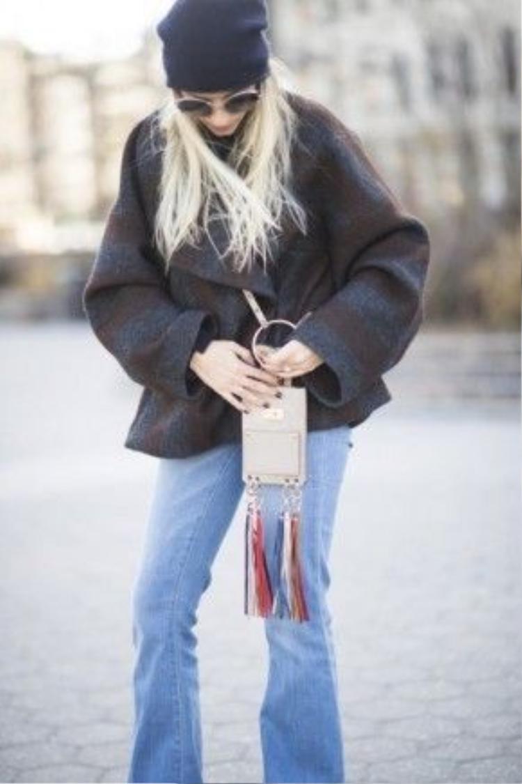 Túi xách Mini Jane chủ yếu mang tông màu đơn giản với 2 chùm tua rua và khoen tròn ánh kim tạo điểm nhấn.
