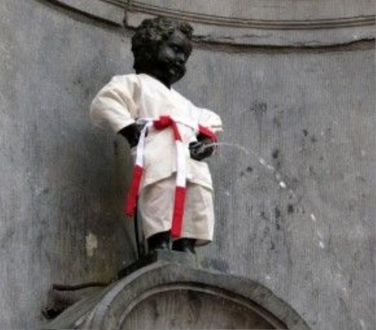 Tượng đồng Manneken Pis mặc trang phục Judo của Nhật Bản.