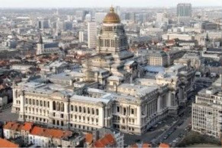 Tòa nhà là một tổ hợp công trình nguy nga, đồ sộ, khiến nhiều người không khỏi ngỡ ngàng trước Palais de Justice.