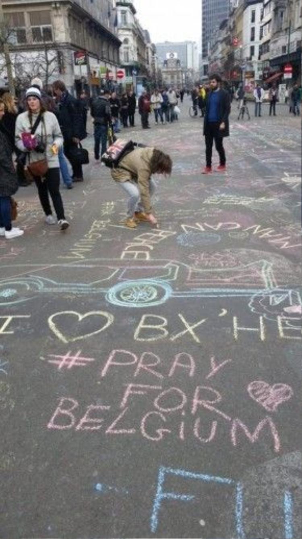 Muôn hình vạn trạng các thông điệp có thể tìm thấy ở đây. Phổ biến nhất vẫn là hashtag #PrayForBelgium. Ảnh: Inside Edition