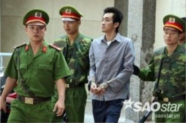 Đỗ Thanh Sơn (thường gọi Tuấn Em) được cảnh sát tư pháp dẫn giải đến tòa.