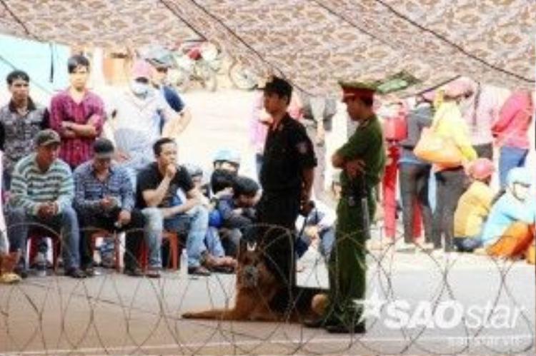 """Đây là vụ án chấn động Miền Tây trong năm 2015, có sự theo dõi của nhiều dân """"anh chị"""" nên công an tỉnh Kiên Giang tăng cường 100 công an, chó nghiệp vụ và căng thép gai để bảo vệ an ninh."""