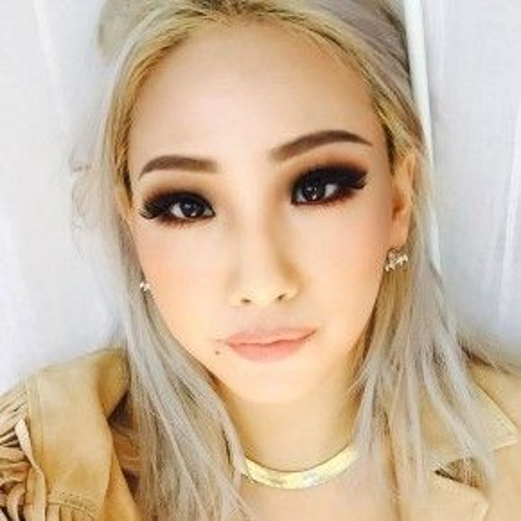Style mắt khói không chỉ tạo chiều sâu rõ rệt hơn hẳn cho đôi mắt của CL mà còn mang đến cho cô ánh nhìn đầy quyến rũ và ma mị.