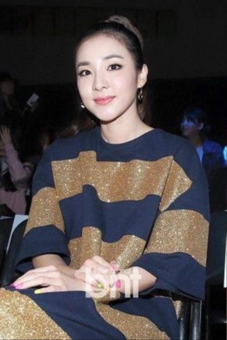 Dara luôn xuất hiện với vẻ ngoài tươi tắn.