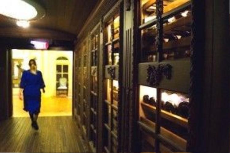 Thay đổi lớn nhất của Club 33 là quầy bar Salon Nouveau. Lối vào câu lạc bộ sẽ đưa du khách đi qua hầm chứahàng trăm chai rượu quý.