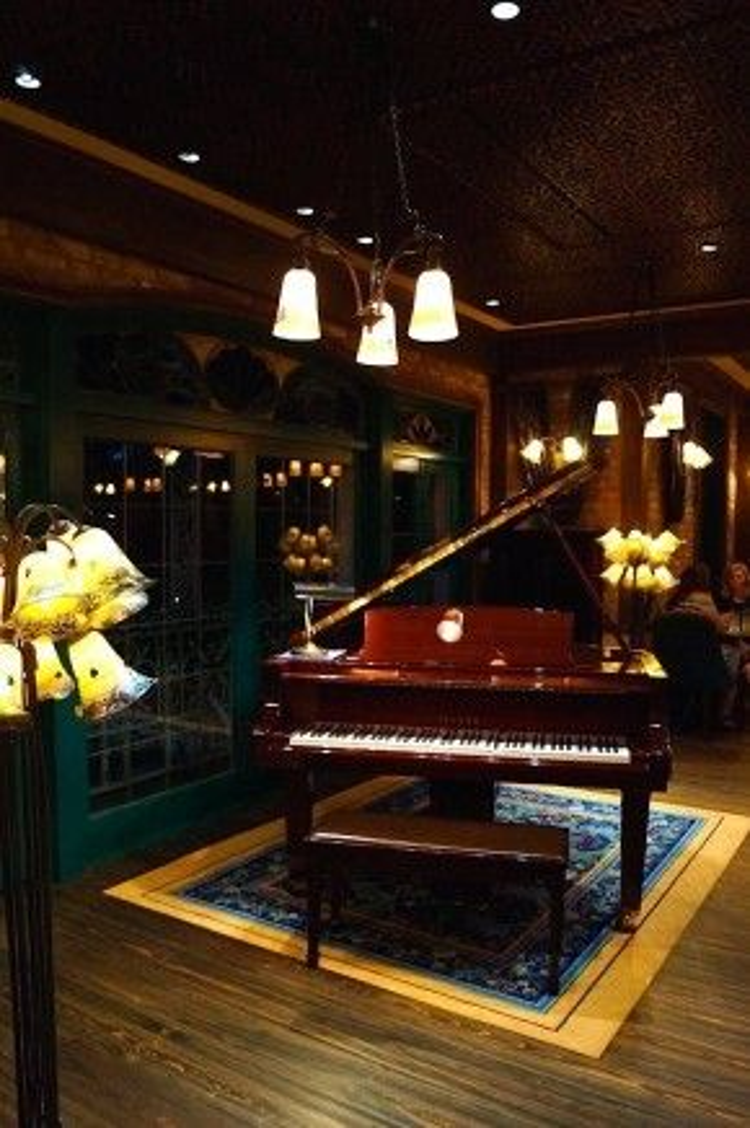 Câu lạc bộ có một chiếc đàn piano tự đánh các bản nhạc nổi tiếng trên khắp thế giới.