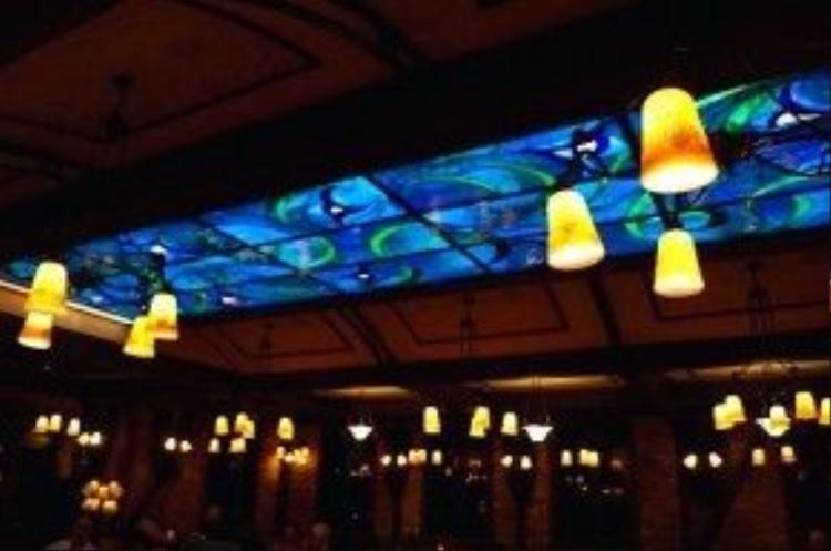Đèn trong quán bar tối hơn nhà hàngvà trần nhà thì được lát kính màu.